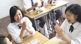 お弁当を食べる学生 (2)